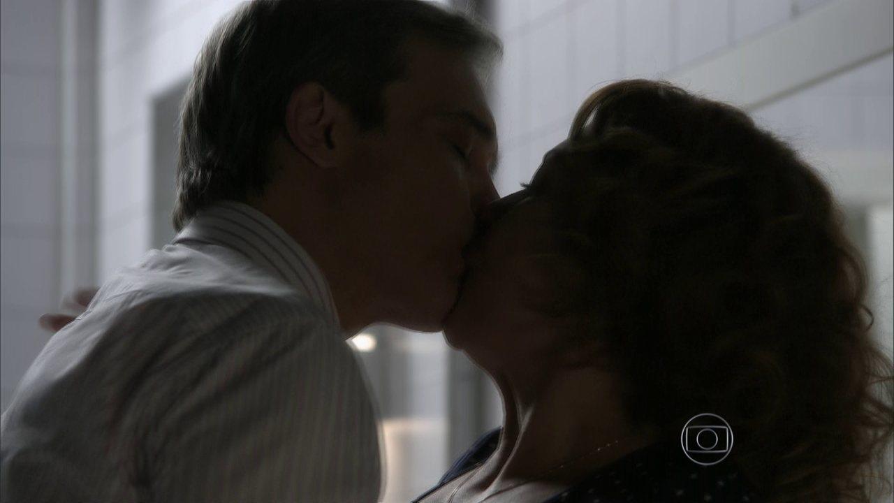 I Love Paraisópolis - capítulo de segunda-feira, dia 29/06/15, na íntegra - Tomás e Paulucha se beijam