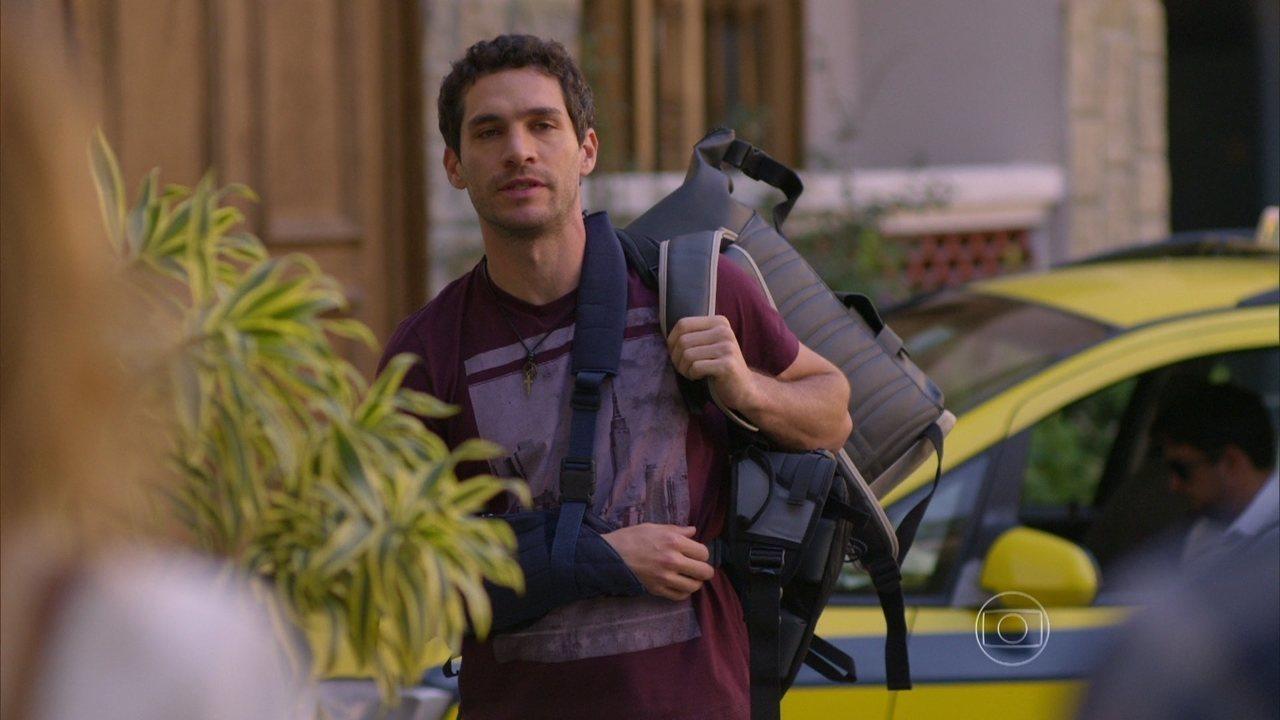 Sete Vidas - Capítulo de quinta-feira, dia 02/07/2015, na íntegra - Pedro e Júlia se abraçam e Felipe flagra o momento