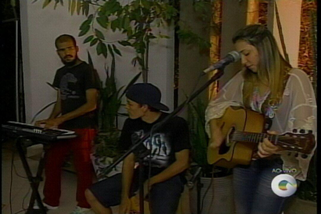 Lara Santos canta e toca sucessos do rock