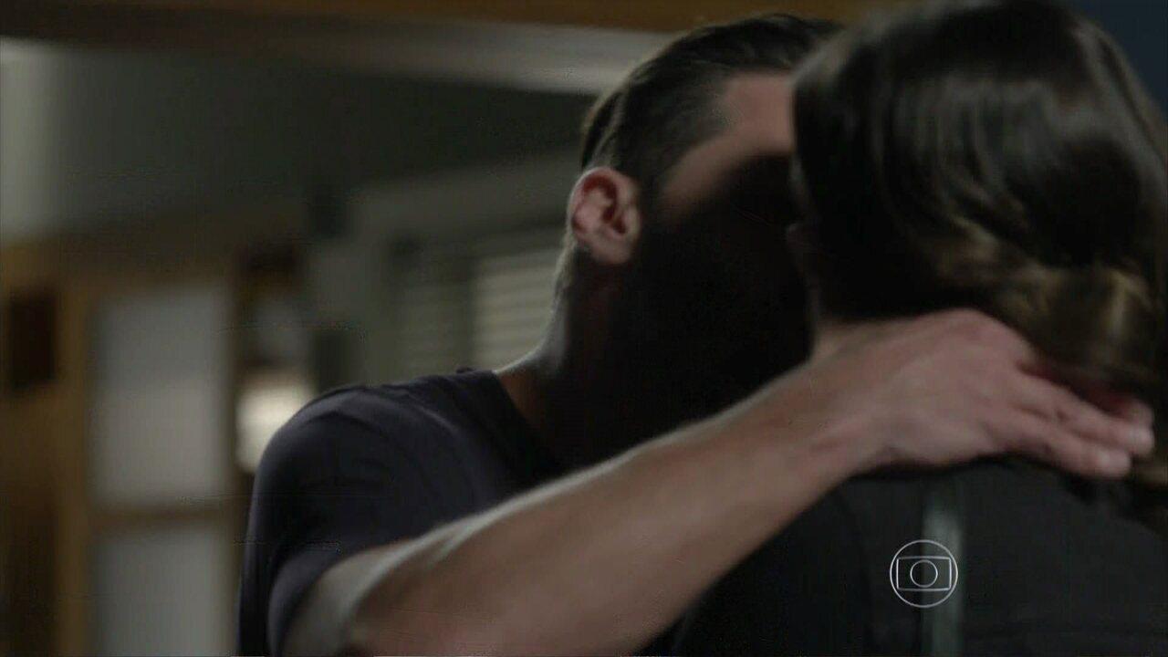 I Love Paraisópolis - Capítulo de sábado, 05/09/2015, na íntegra - Gabo beija Mari à força
