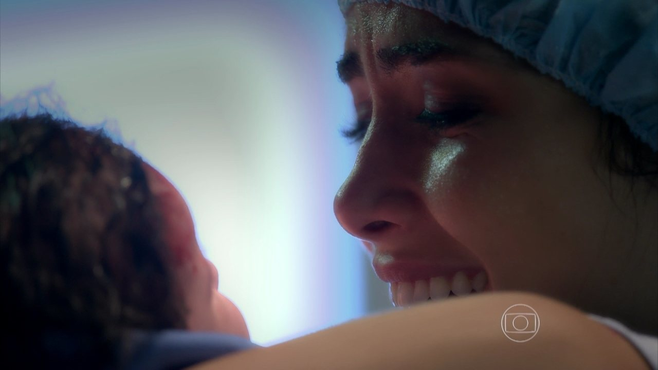 I Love Paraisópolis, capítulo de segunda-feira - dia 14/9/2015, na íntegra - Benjamin e Mari se casam. A filha de Margot nasce e Grego se emociona
