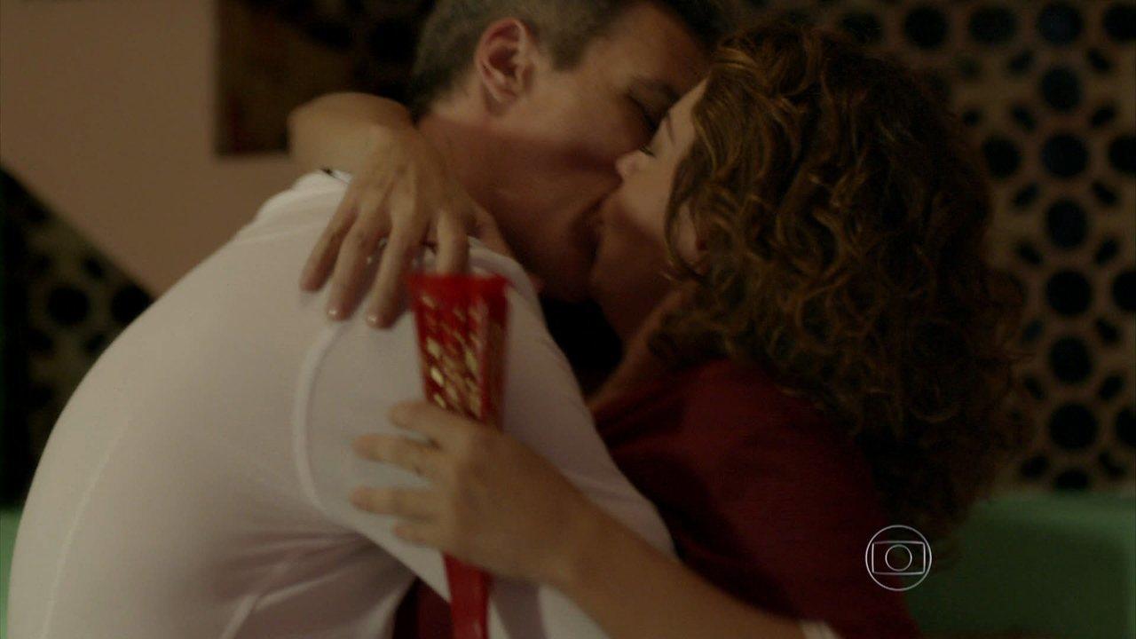 I Love Paraisópolis - Capítulo de sábado, 10/10/2015, na íntegra - Tomás beija Paulucha