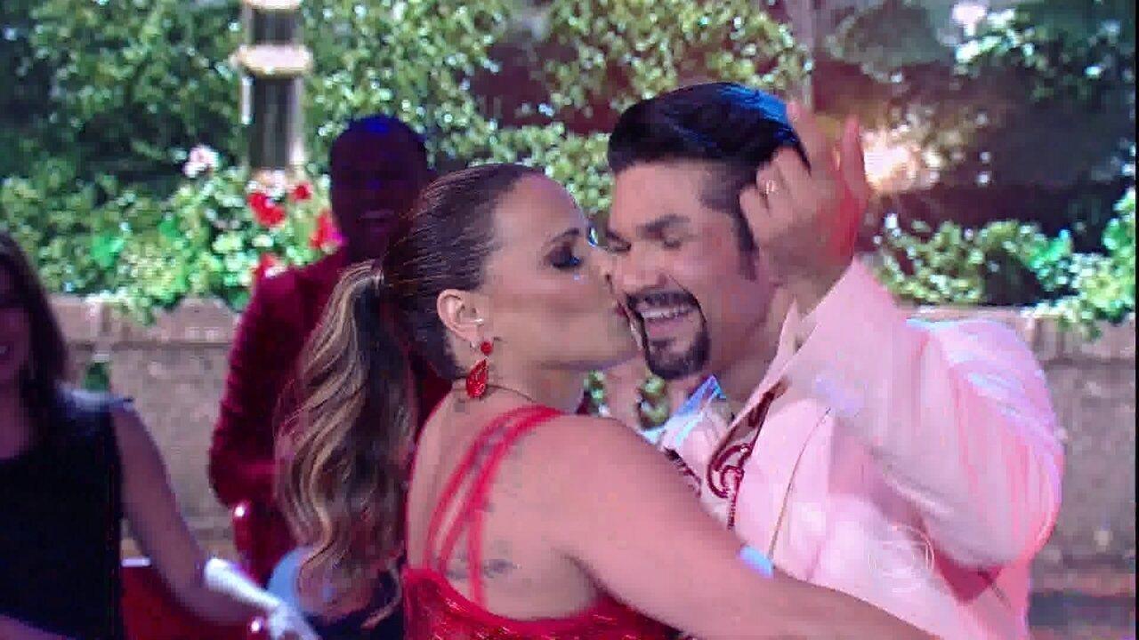 Viviane Araújo sensualiza no samba na final do 'Dança dos Famosos'