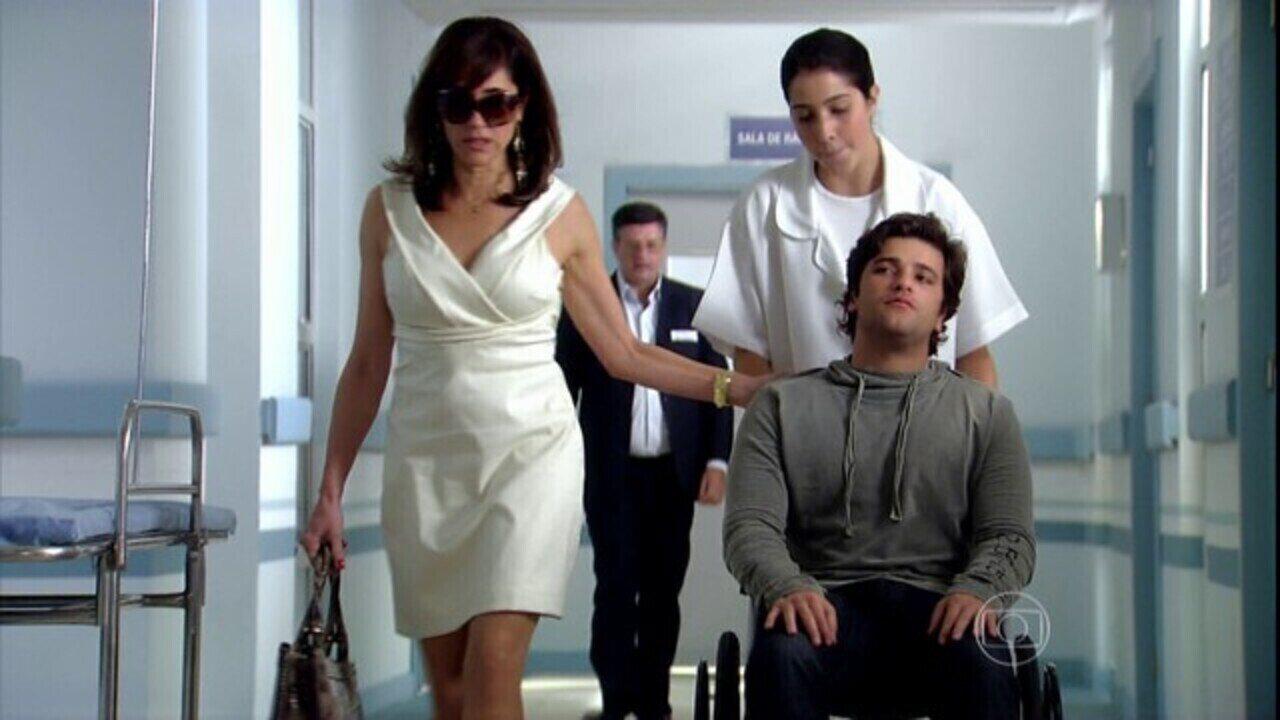 Caminho das Índias - capítulo de quinta-feira, dia 07/01/16, na íntegra - Melissa leva Tarso para o hospital