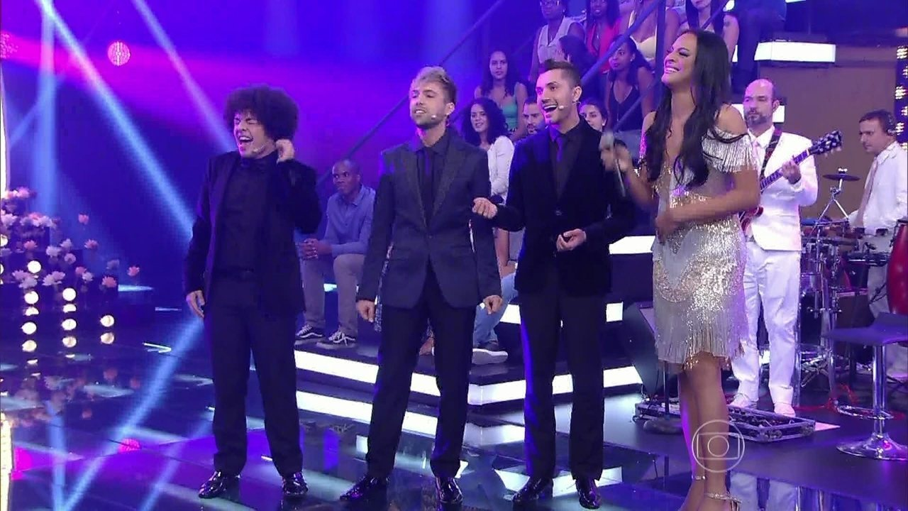 Drags recebem suas mães e cantam para elas no palco