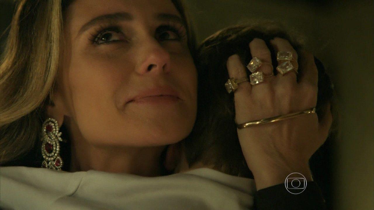 Atena abraça seu filho Romero e diz que ele é a cara do pai