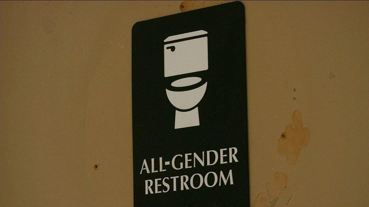 Governo Obama diz que escolas não podem restringir uso de banheiro para transgêneros