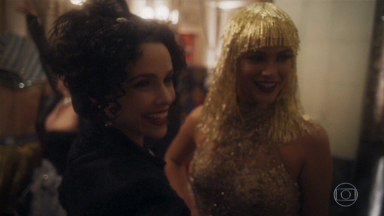 Verônica e Beatriz trocam farpas durante baile de carnaval