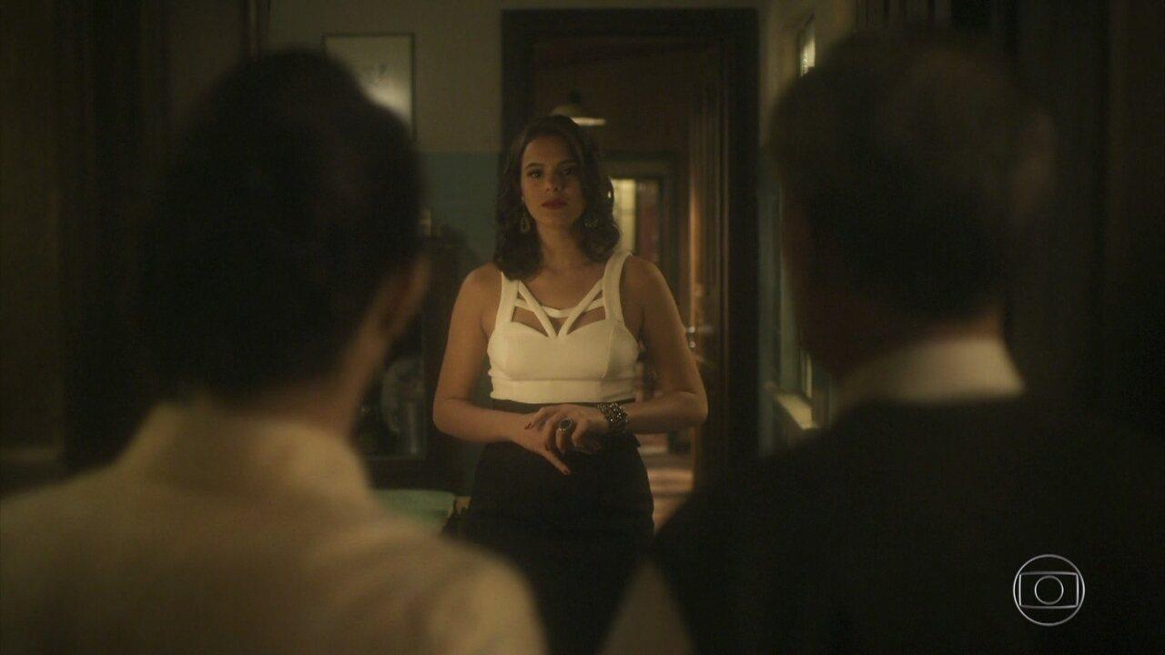 Beatriz volta à casa dos patrões de sua mãe e lembra conflito que viveu anos atrás