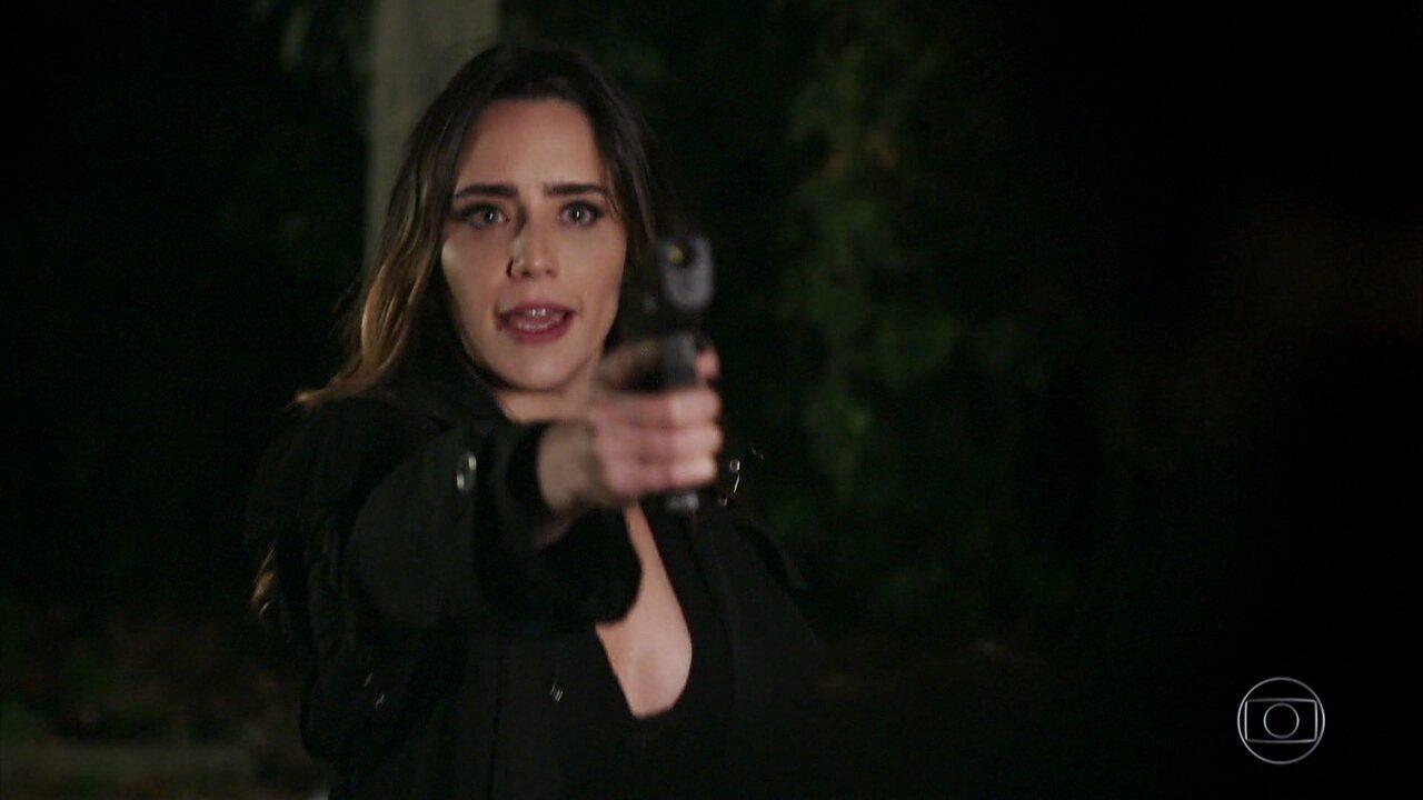 Bruna ameaça Giovanni com uma arma