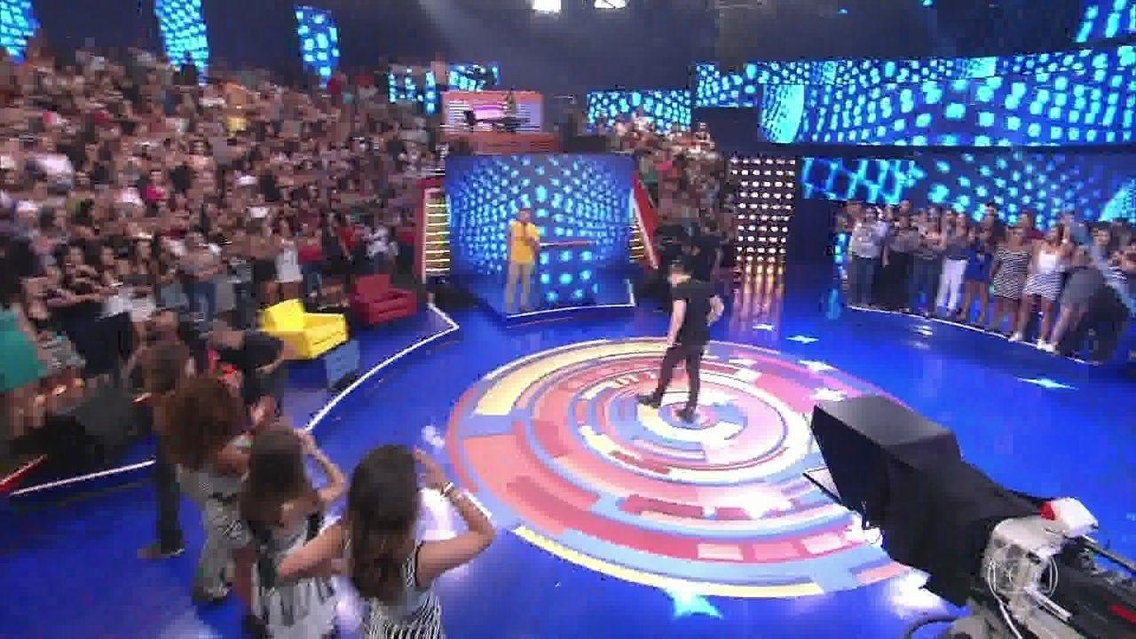 Wesley Safadão dança com fã no palco do Caldeirão