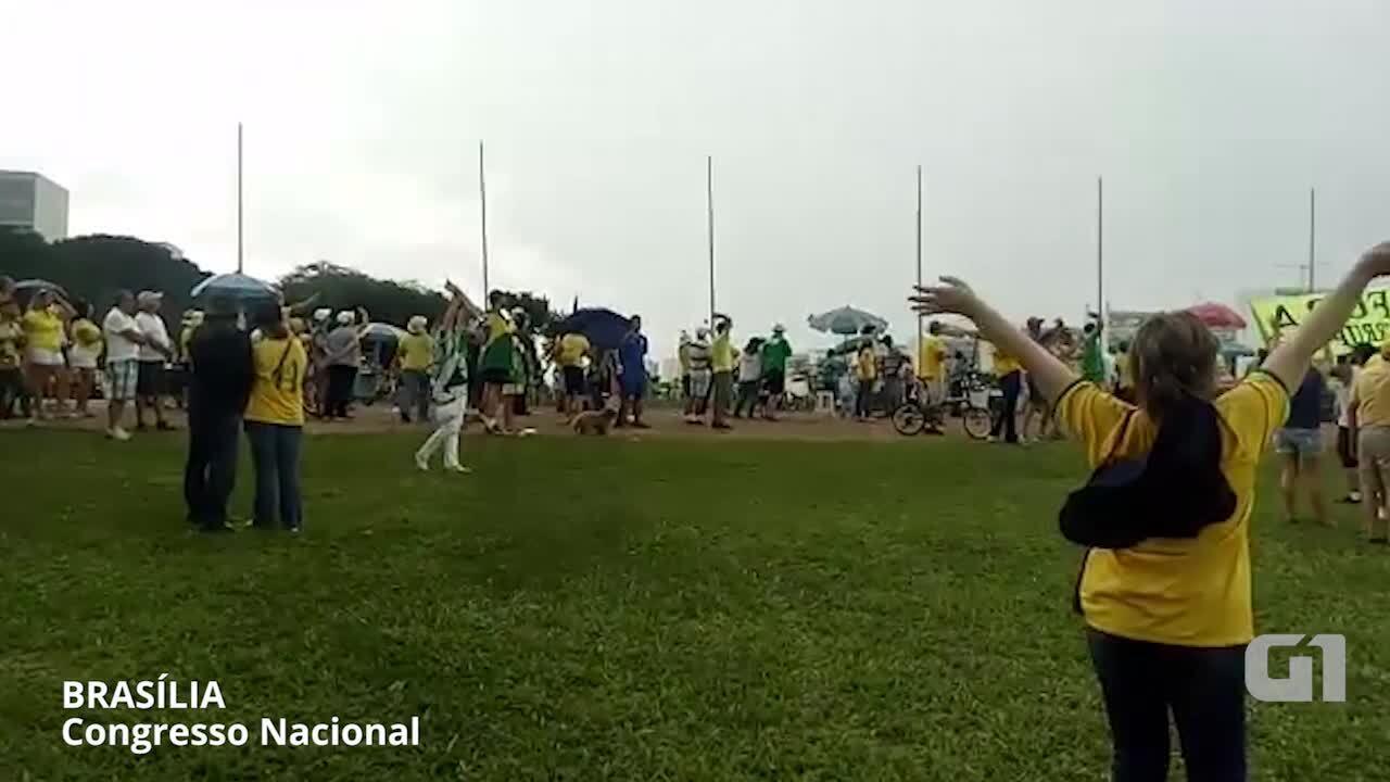 Manifestantes cantam o hino em Brasília