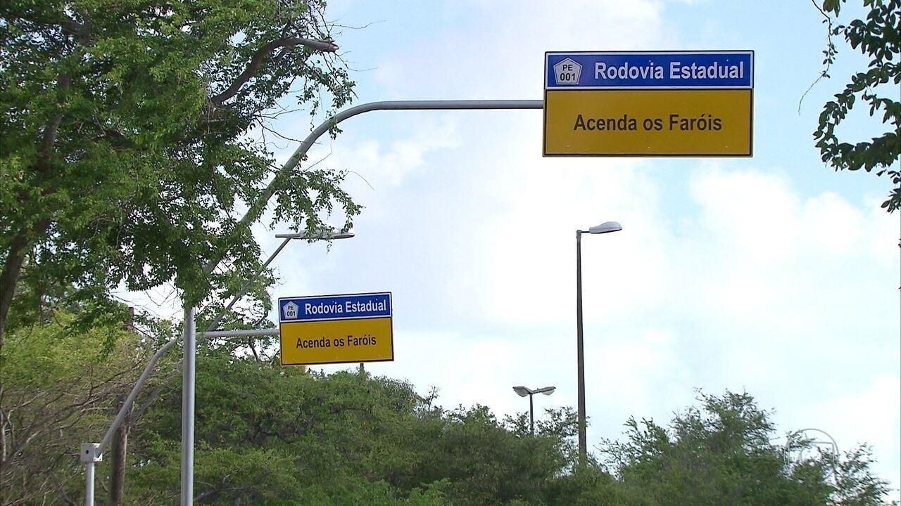 Placas de sinalização são instaladas nas rodovias para alertar sobre uso do farol de dia