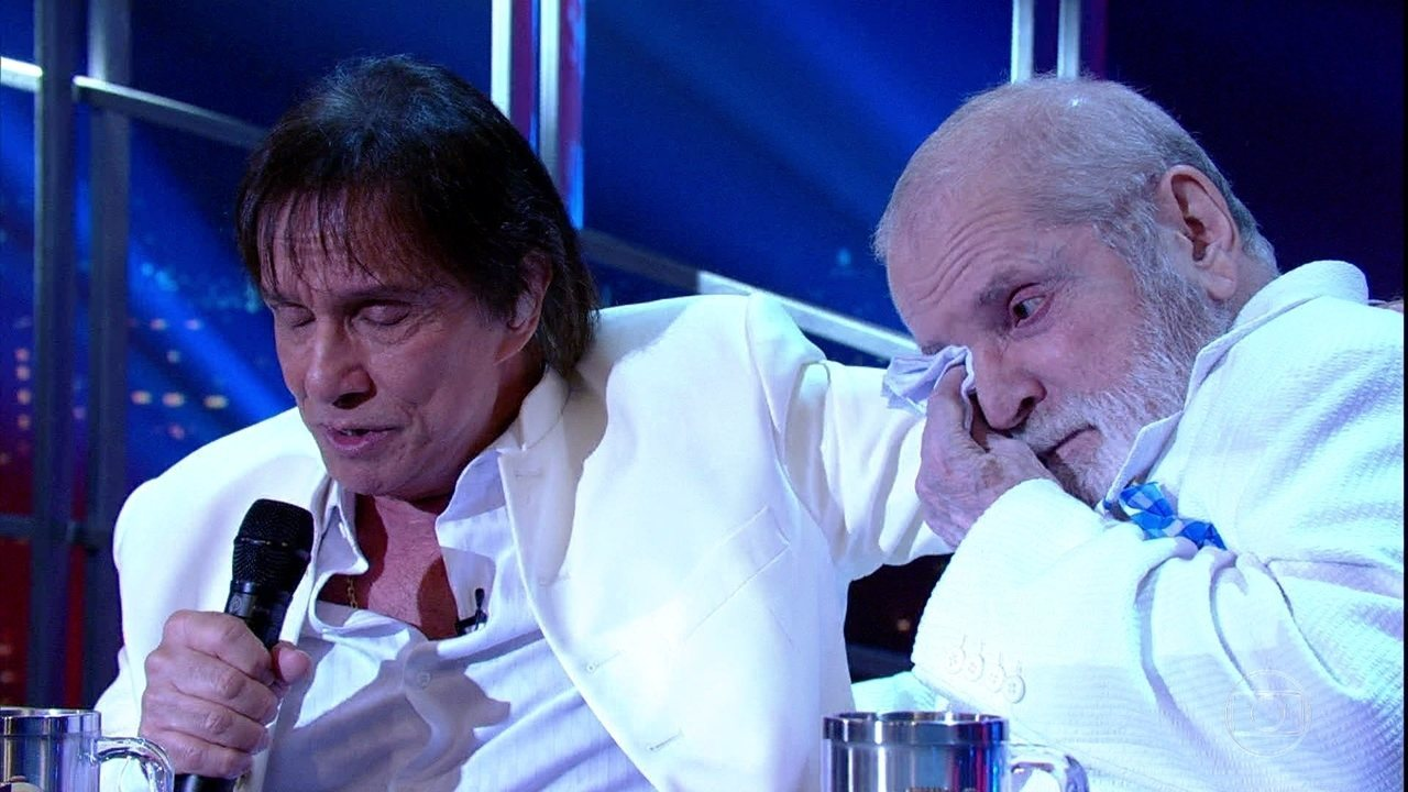 Jô e Roberto Carlos se emocionam durante a entrevista