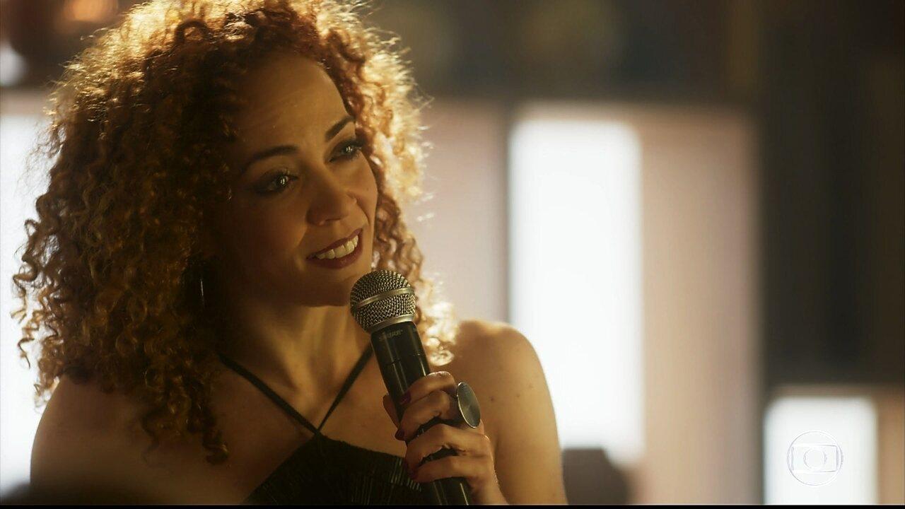 Laila canta para Gordo em restaurante