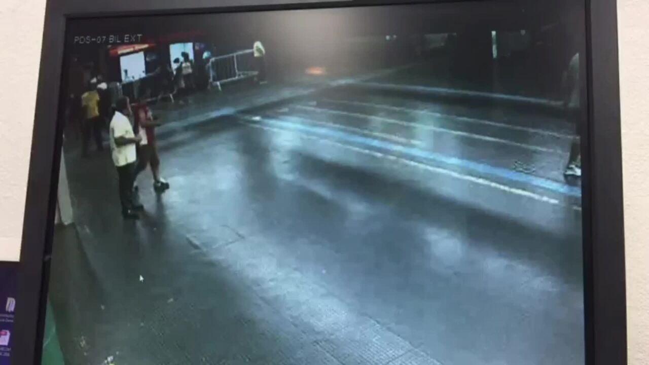Vídeo mostra suspeitos agredindo ambulante em estação do Metrô de São Paulo