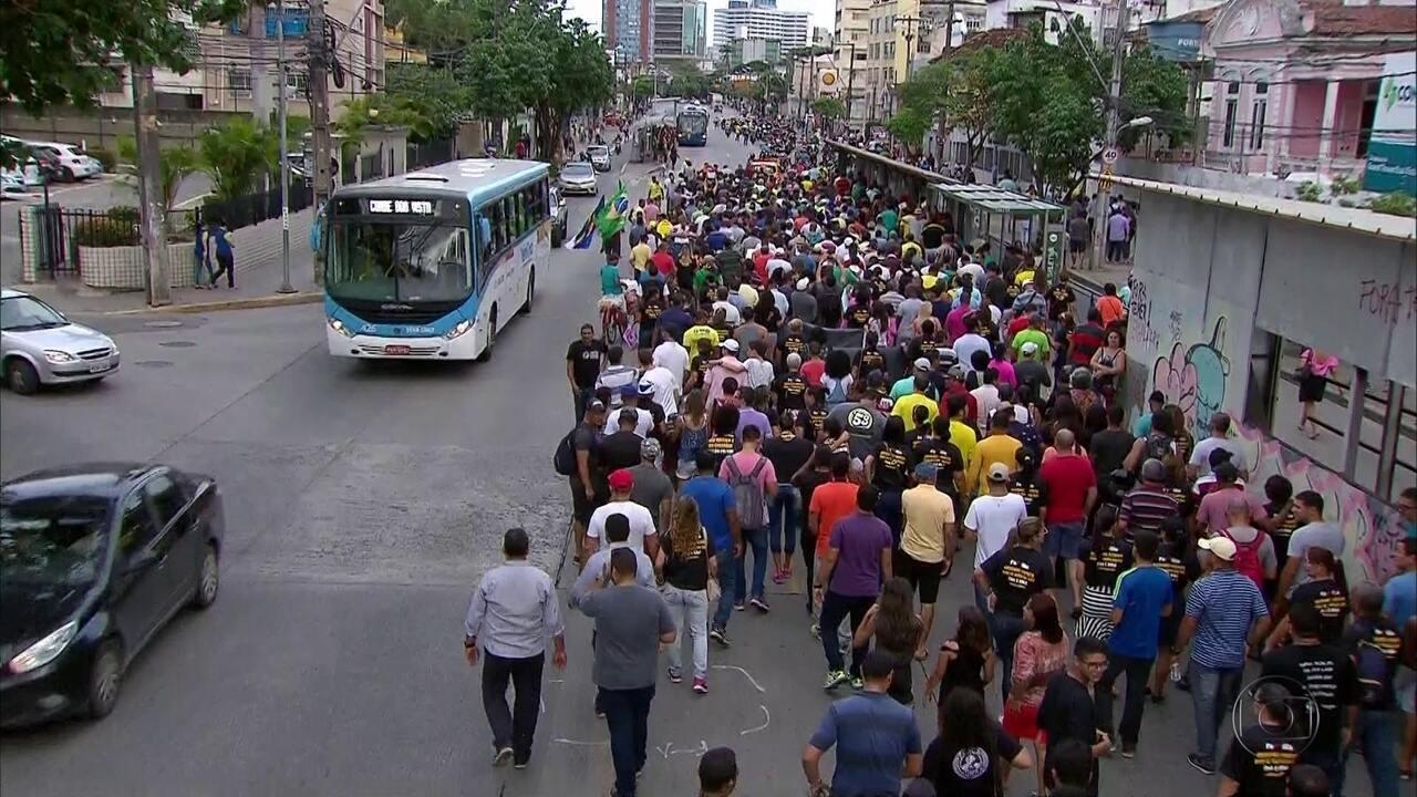 Parentes de PMs e bombeiros protestaram no Centro do Recife nesta terça-feira (3)