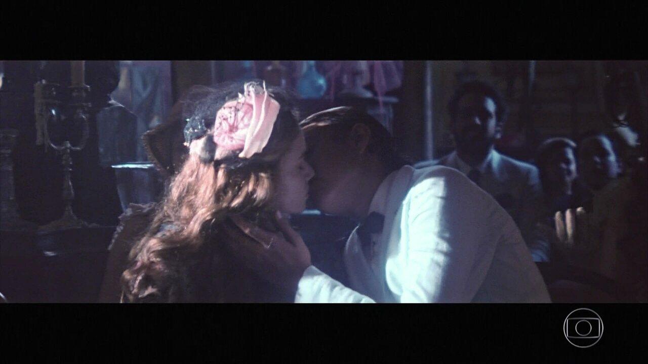 Yaqub beija Lívia e Omar, em um acesso de fúria, corta o rosto do irmão