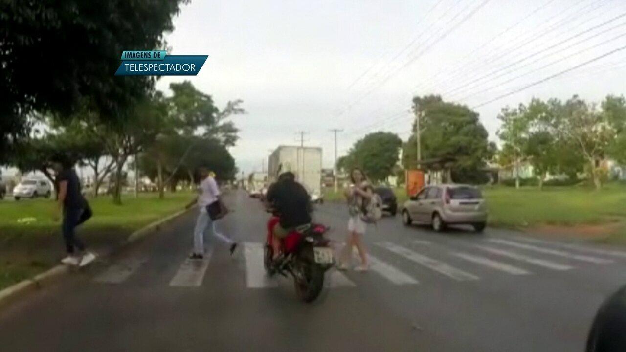 Motociclista avança faixa e quasa atropela pedestre