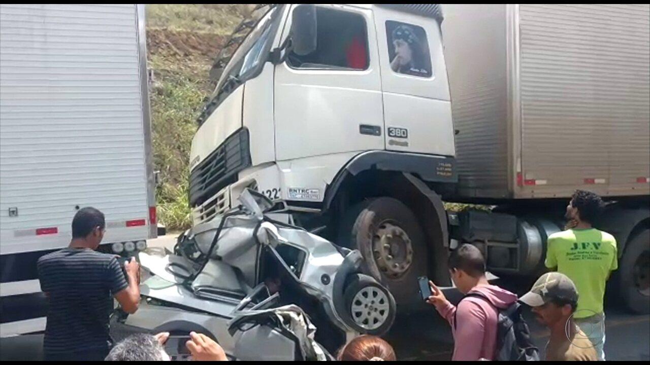 Dois homens morreram após carro ser esmagado por dois caminhões na BR-232