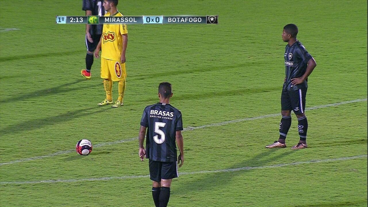 Wenderson cobra falta e quase abre o placar para o Botafogo, aos 2º do 1T