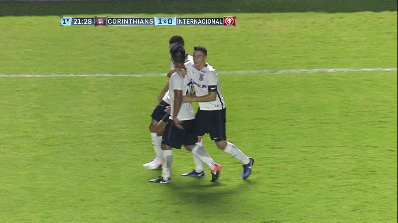 Gol do Corinthians! Fabrício Oya ajeita na área e bate colocado, aos 20 do 1º tempo