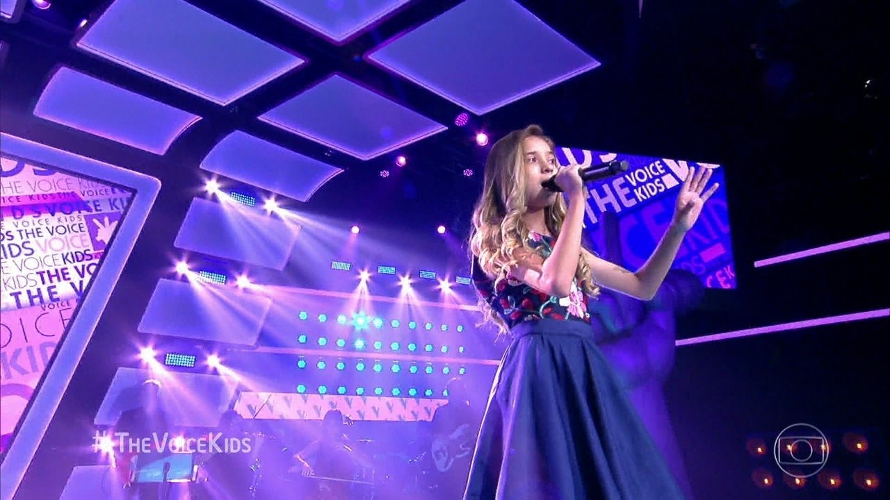 Joyce Mendes canta 'Tudo O Que Se Quer (All I Ask Of You)'