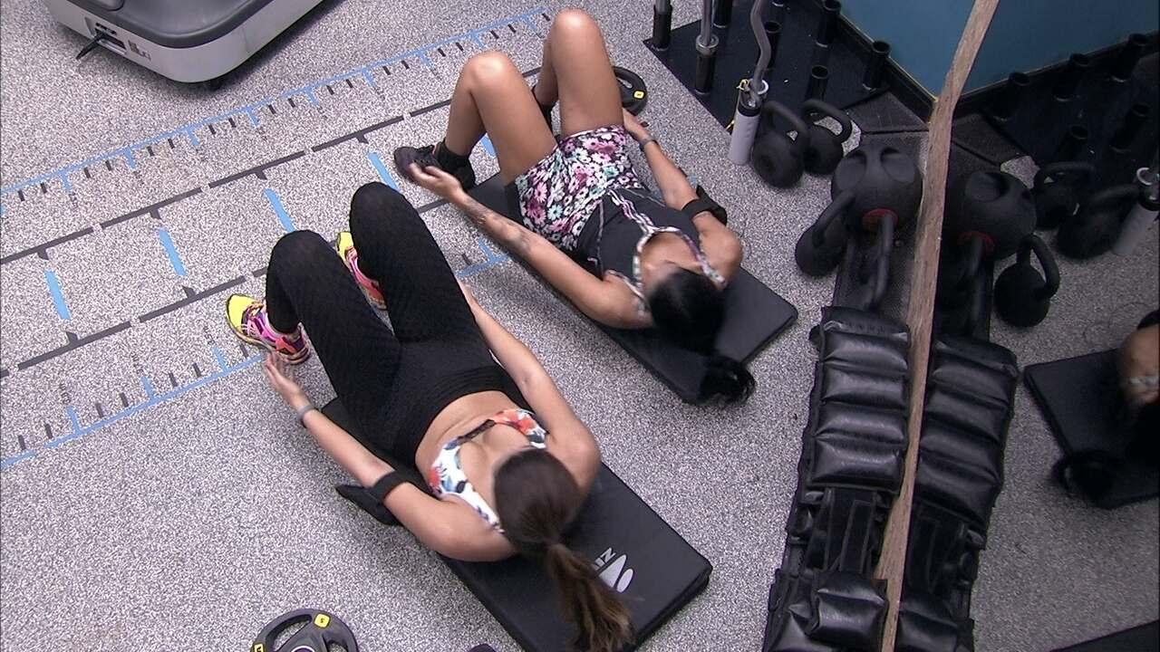 Mayara e Vivian fazem exercício em sintonia