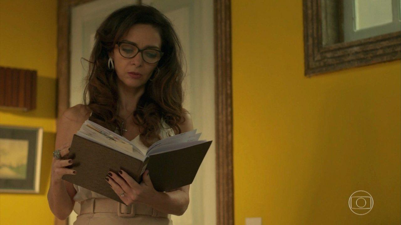 Loretta lê diário que escrevia quando trabalhava na maternidade