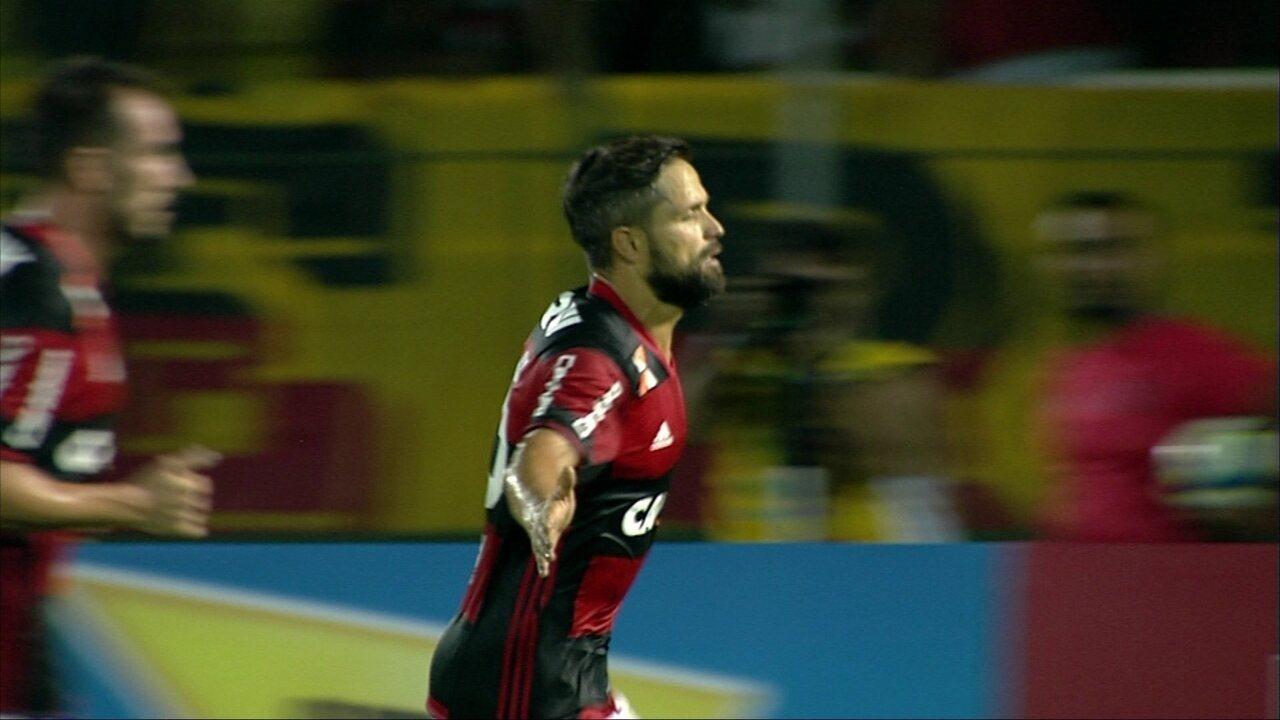 Gol do Flamengo! Diego sofre pênalti, bate e abre o placar, aos 39 do 1º tempo