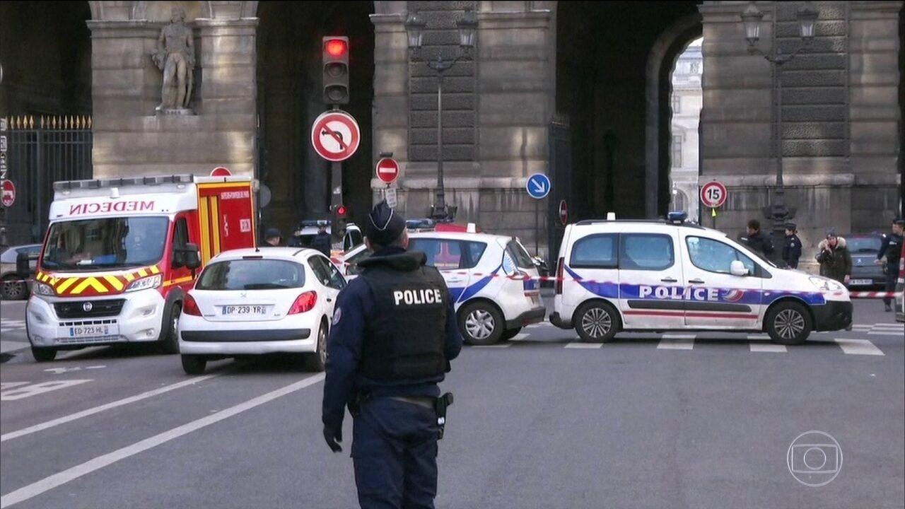 Soldado dispara em suspeito no Museu do Louvre, Paris