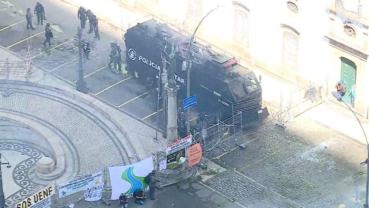 Policiais e servidores estaduais do Rio entram em confronto na frente da Alerj