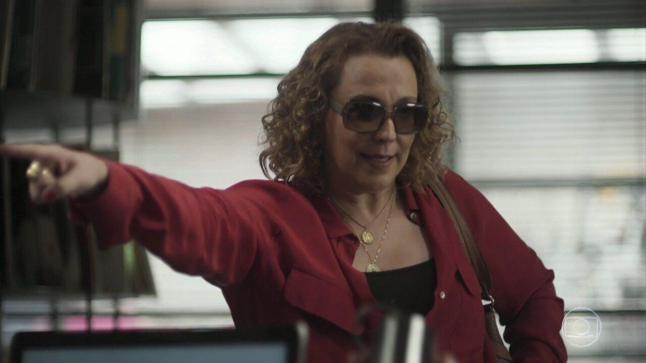 Néia exige que Léo a deixe trabalhar na Som Discos