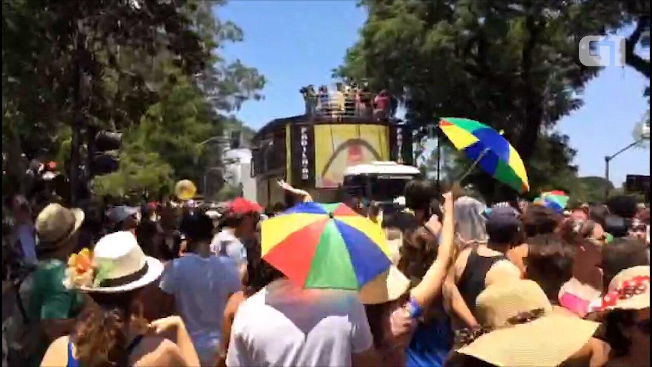 """Vídeo em timelapse mostra o desfile do bloco """"Bicho Maluco Beleza"""""""