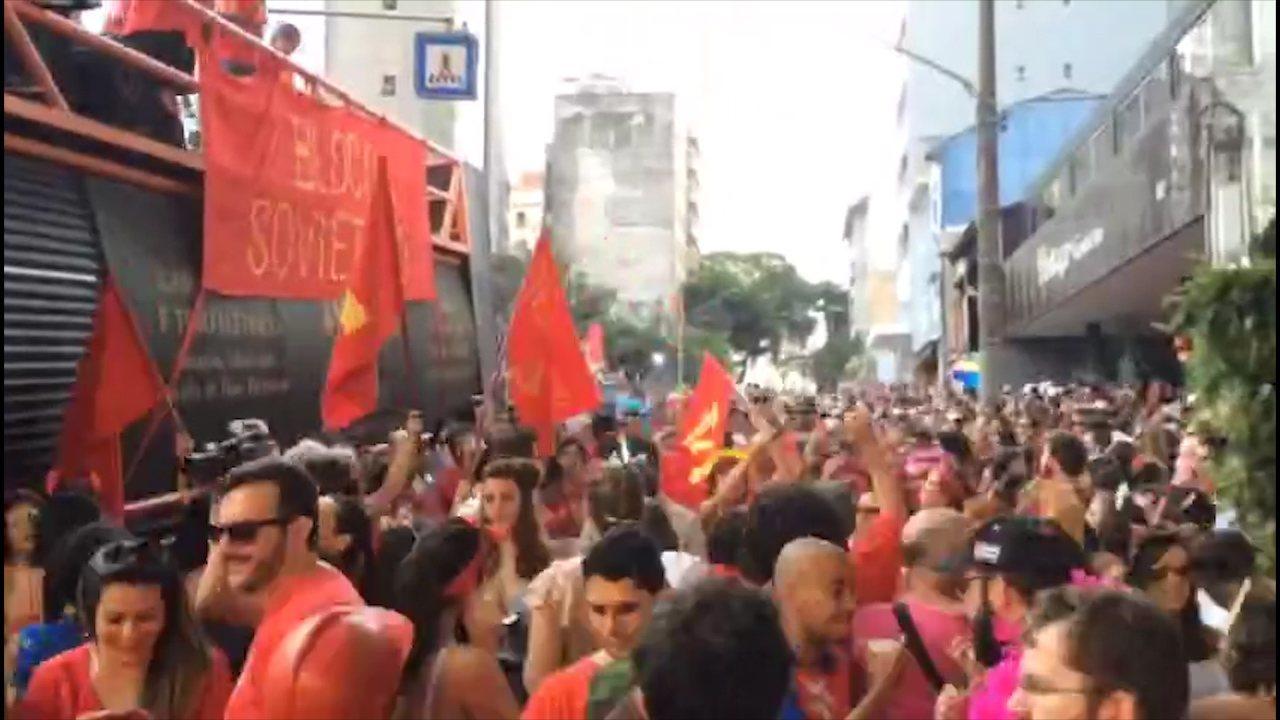 """Vídeo em timelapse mostra trechos do desfile do """"Bloco Soviético"""""""