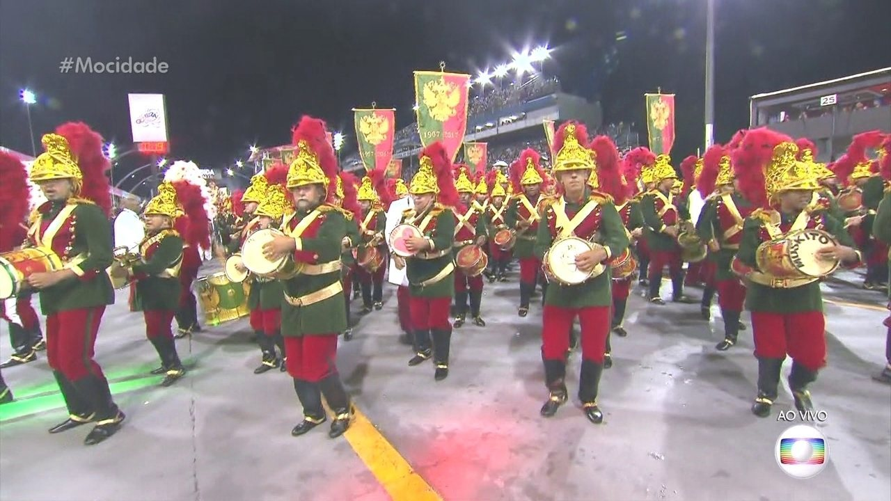 Ritmistas da Mocidade Alegre chegam vestidos de São Jorge