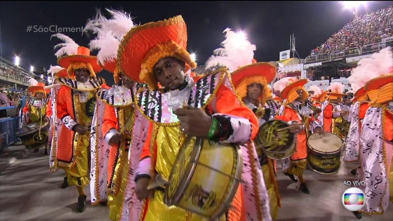 Mestre Caliquinho e mestre Gilberto comandam a bateria da São Clemente