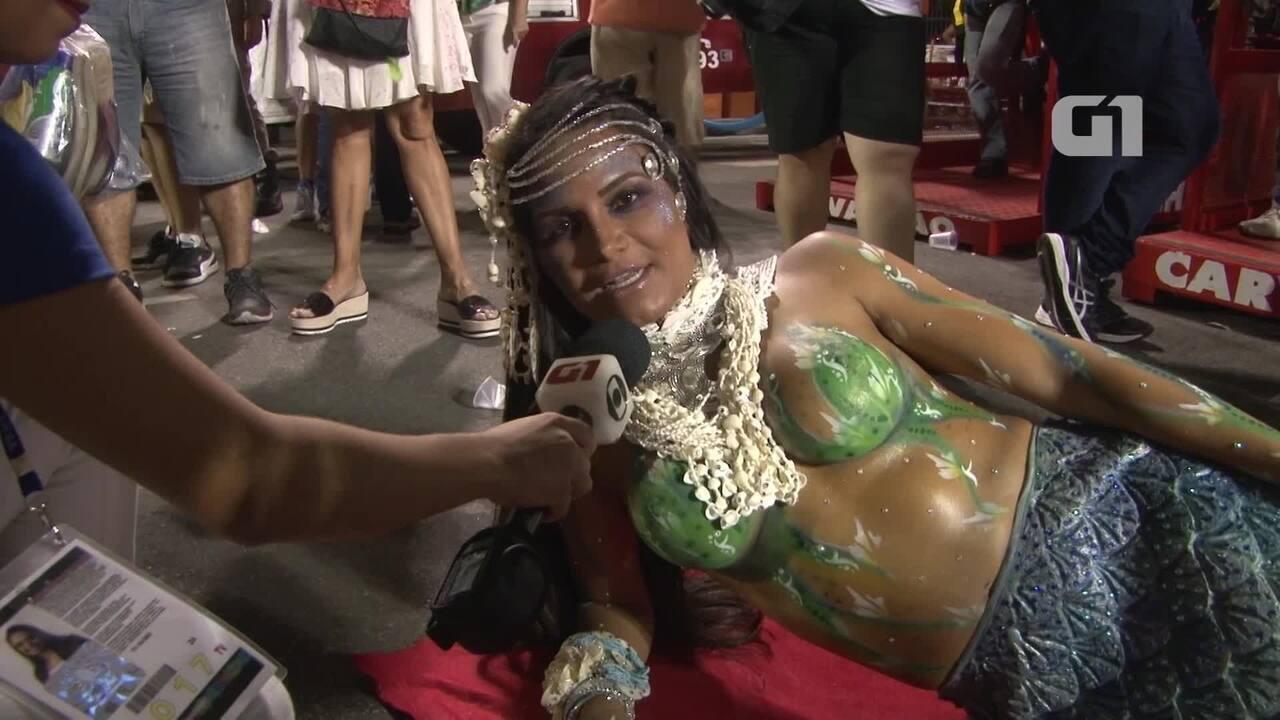 Shayene Cesário desfila de sereia na Portela