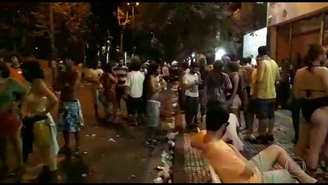 Polícia usa bombas de gás para dispersar foliões na Praça Roosevelt nesta terça (28)