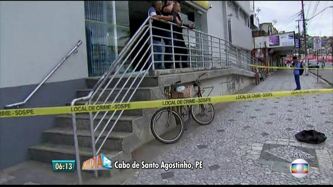 Bandidos atravessam ônibus em via durante investida contra bancos no Grande Recife