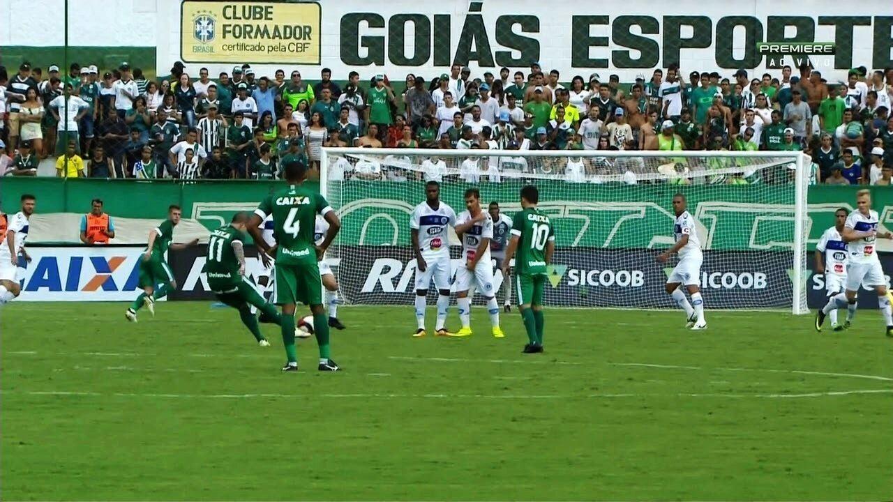 Tiago Luís faz golaço de falta do meio da rua contra o Goianésia