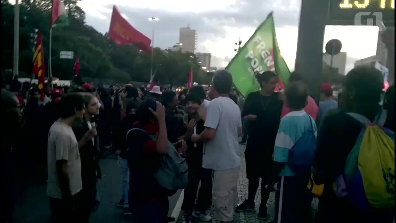 Mascarados tentam quebrar letreiro luminoso com propaganda sobre a Reforma da Previdência