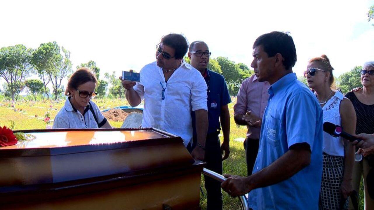 Amigos, familiares e fãs de Loalwa Braz cantam 'Chorando Se Foi' em enterro da cantora