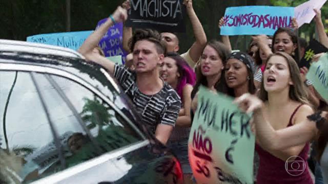 Rock Story - Capítulo de sábado, dia 18/03/2017, na íntegra - Léo se depara com um grupo de fãs que protesta contra ele