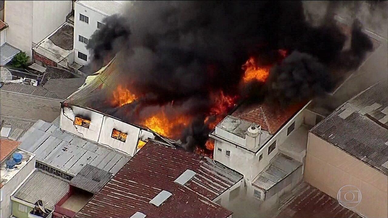 Incêndio destrói uma fábrica de móveis na zona norte da capital
