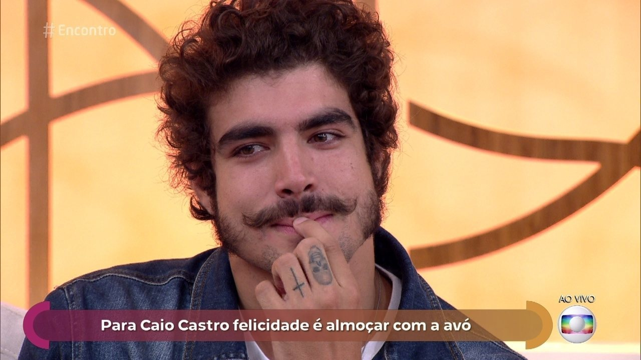 Caio Castro se emociona com ligação da avó