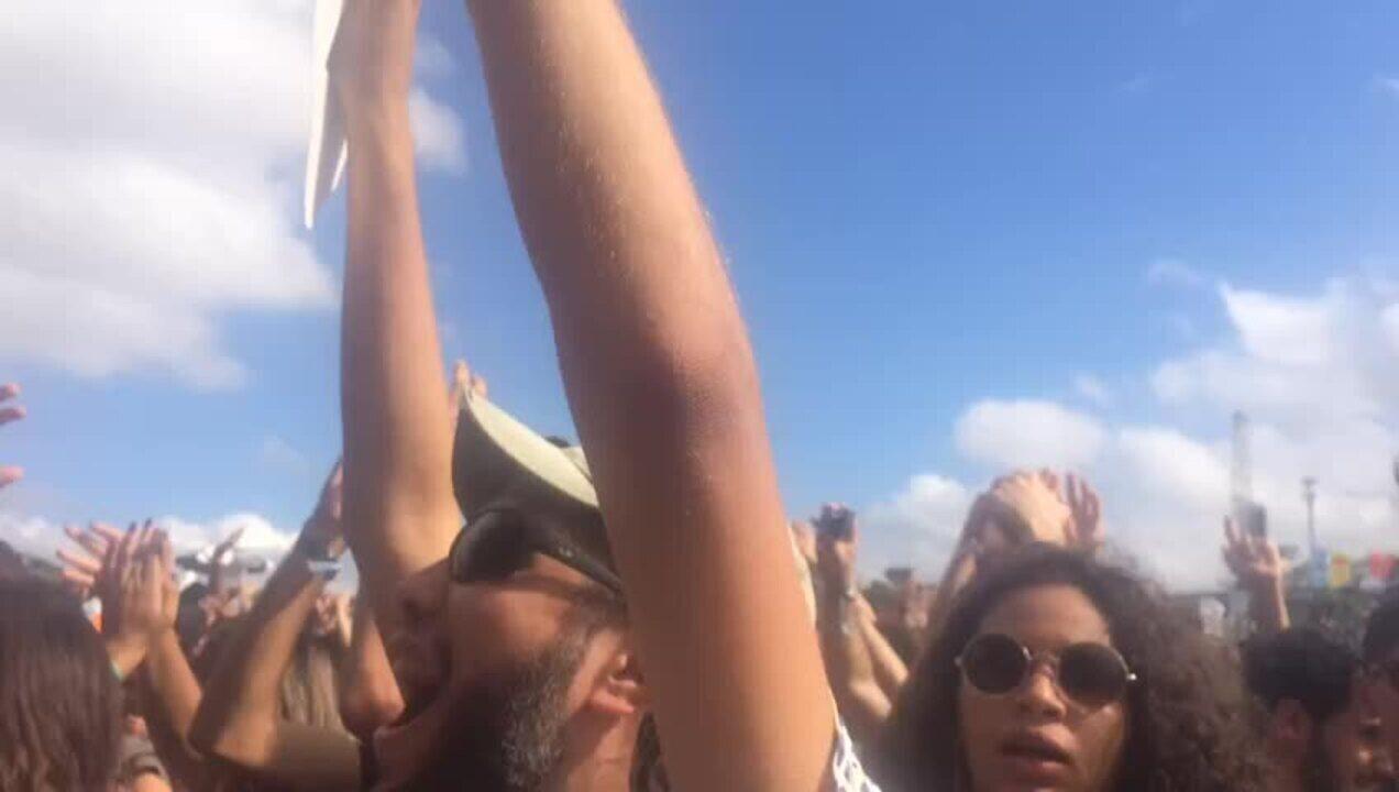 Fim do show do BaianaSystem no Lollapalooza tem gritos de 'Fora Temer'