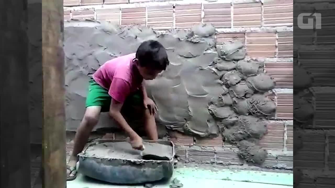 Pai ensina filho a ser pedreiro