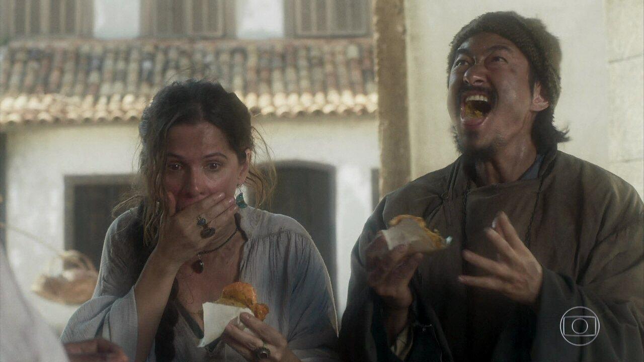 Manoel e Elvira se desesperam com a pimenta do acarajé