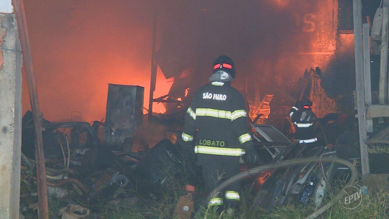 Incêndio destrói loja de peças de carro usadas no Jardim São Conrado, em Indaiatuba